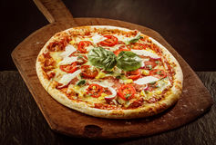 Nya bakade Margherita Pizza på träskoveln Royaltyfri Bild