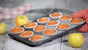 Nya bakade muffin med äpplen lager videofilmer