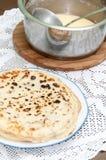 Nya bakade pannkakor som tjänas som på en platta Royaltyfri Foto