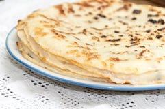 Nya bakade pannkakor som tjänas som på en platta Royaltyfri Fotografi