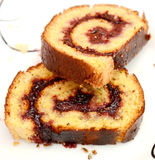 Nya bakade Plum Jam Roll Cake Arkivfoto