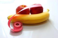 Nya banan och persikor, på vit bakgrund, Royaltyfri Foto