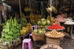 Nya bananer och kokosnötter i marknad Arkivfoton