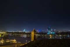 Nya Belgrade Novi Beograd som ses vid natt från den Kalemegdan fästningen Arkivfoton