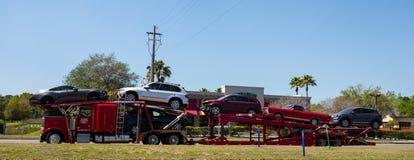 Nya bilar för en halv leverans som sett i florida i sommartiden Arkivbild