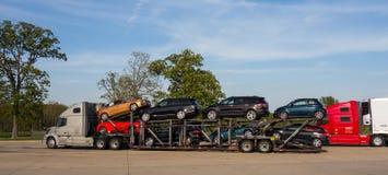 Nya bilar för en halv leverans som sett i florida i sommartiden Arkivfoton