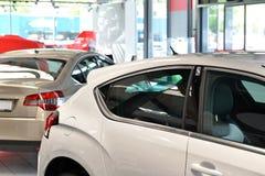 Nya bilar i försäljningsområdet av en bilåterförsäljare Royaltyfria Foton