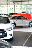 Nya bilar i försäljningsområdet av en bilåterförsäljare Arkivfoton