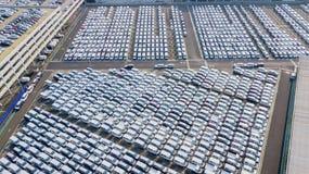 Nya bilar som fodras i en bilfabrik Royaltyfri Bild