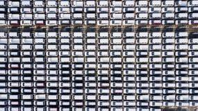 Nya bilar som fodras på porten royaltyfri fotografi