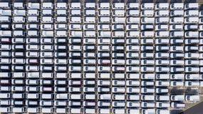 Nya bilar som parkeras på en bilfabrik Royaltyfri Bild