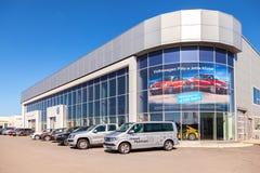 Nya bilar som parkeras upp nära kontorsbyggnaden av den officiella återförsäljaren V Arkivbilder