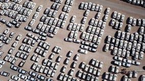 Nya bilar som täckas i skyddande vita ark royaltyfri bild