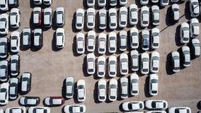 Nya bilar som täckas i skyddande vita ark arkivfoto