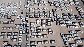 Nya bilar som täckas i skyddande vita ark arkivbild