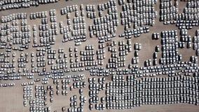 Nya bilar som täckas i skyddande vita ark arkivfoton