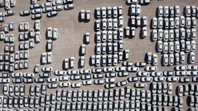 Nya bilar som täckas i skyddande vita ark royaltyfria foton