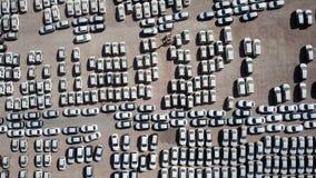 Nya bilar som täckas i skyddande vita ark fotografering för bildbyråer