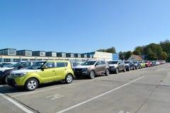 Nya bilar står på territoriet av bilväxten Arkivfoto
