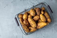 Nya Bio potatisar på den gråa bakgrundscloseupen fotografering för bildbyråer