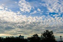 Nya blå himmel- och vitmoln Arkivbild