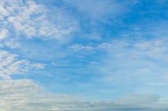 Nya blå himmel- och vitmoln Arkivfoton