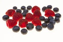 Nya blåbär, hallon, closeup på vit bakgrund Bakgrund för konfekt, nya bär för kafé för bakelse Arkivfoton