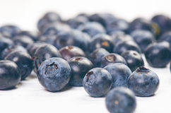 Nya blåbär med mintkaramellen på en trävit tabell naturlig antioxidant sund begreppsmat Organisk superfood Arkivfoto