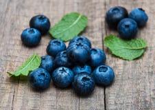 Nya blåbär på en bordlägga Fotografering för Bildbyråer