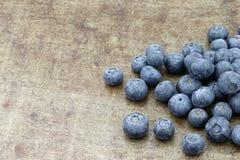 Nya blåbär på ett grungy texturerat metallmagasin Arkivfoton