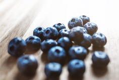 Nya blåbär på trä Royaltyfri Fotografi