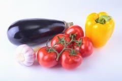 Nya blandade grönsaker aubergine, spansk peppar, tomat, vitlök bakgrund isolerad white Selektivt fokusera Royaltyfria Foton