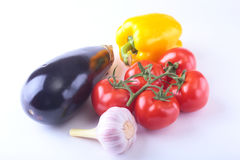 Nya blandade grönsaker aubergine, spansk peppar, tomat, vitlök bakgrund isolerad white Selektivt fokusera Royaltyfri Foto