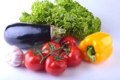 Nya blandade grönsaker, aubergine, spansk peppar, tomat, vitlök med bladgrönsallat bakgrund isolerad white Royaltyfri Fotografi