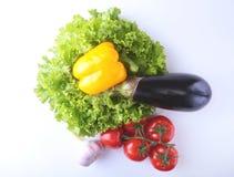 Nya blandade grönsaker, aubergine, spansk peppar, tomat, vitlök med bladgrönsallat bakgrund isolerad white Arkivbilder