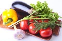 Nya blandade grönsaker, aubergine, spansk peppar, tomat, vitlök med bladgrönsallat bakgrund isolerad white Arkivfoton