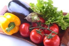 Nya blandade grönsaker, aubergine, spansk peppar, tomat, vitlök med bladgrönsallat bakgrund isolerad white Royaltyfri Bild