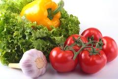 Nya blandade grönsaker spansk peppar, tomat, vitlök med bladgrönsallat bakgrund isolerad white Selektivt fokusera Royaltyfria Foton
