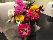 Nya blommor i vas från hacka-din-lantgård Arkivbild