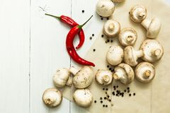 Nya bondestensopp och peppar f?r r?d chili p? den vita tabellen, organisk mat arkivbilder