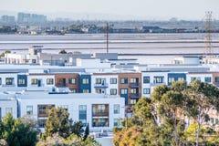 Nya bostads- utvecklingar på shorelinen av San Francisco Bay område fotografering för bildbyråer