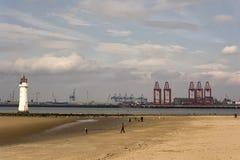 Nya Brighton Perch Rock Lighthouse och Liverpool skeppsdockor arkivfoto