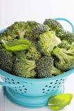Nya broccoliflorets i blå durkslag Arkivbilder