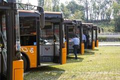 Nya busschaufförer för offentligt trans. Fotografering för Bildbyråer