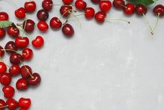 Nya Cherry Fruit Health Vitamine Frame texturerade Gray Cement Background med kopieringsutrymme Top beskådar fotografering för bildbyråer