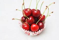 Nya Cherry Fruit Health Vitamine i matlagningmuffinpapper Isoalted ljusbakgrund Selektivt fokusera kopiera avstånd arkivbild