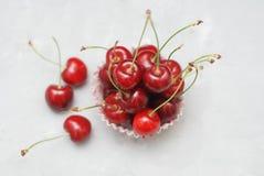 Nya Cherry Fruit Health Vitamine i matlagningmuffinpapper Isoalted ljusbakgrund Selektivt fokusera kopiera avstånd royaltyfria foton