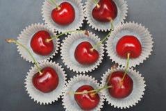 Nya Cherry Fruit Health Vitamine i papper för matlagningbagerimuffin Svart bakgrundskopieringsutrymme arkivbild