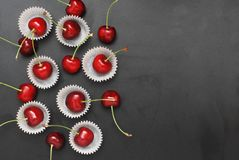 Nya Cherry Fruit Health Vitamine i papper för matlagningbagerimuffin Svart bakgrundskopieringsutrymme royaltyfria foton