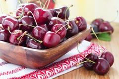 Nya Cherry i korg Royaltyfria Bilder